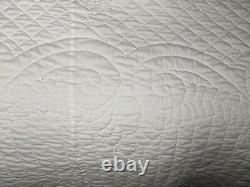 Vintage Cotton Handmade Hand Quilted Flower Applique Quilt Scalloped Edge 73x88