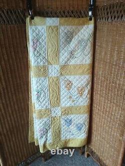 Vintage Handmade Patchwork Applique Quilt Creme color design 90x76